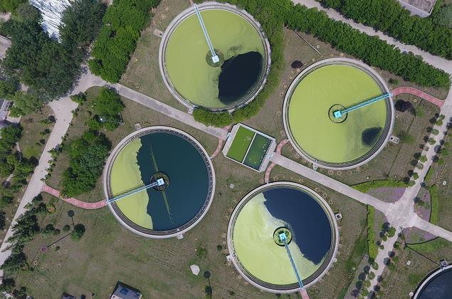 航拍郑州王新庄污水处理厂。方形的粗格栅、圆形的曝气沉砂池等,鸟瞰酷似一面面铜镜散落大地,十分壮观。